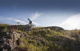 Biker auf Anhöhe