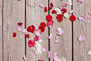 Mit Rosenblättern bestreute Holzbretter