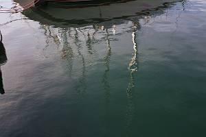 Wasseroberfläche mit Spiegelungen