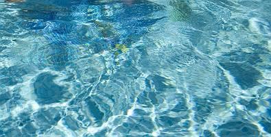 Blaues Wasser mit Lichtbrechungen