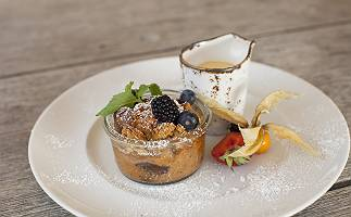 Leckeres Dessert mit Vanillesoße und Beeren