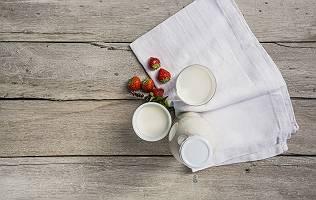 Milchprodukte und Erdbeeren aus Vogelperspektive