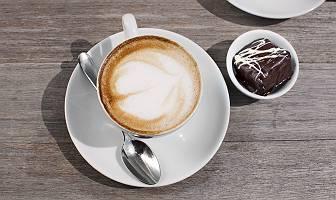 Kaffetasse mit kleinem Kaffeehäppchen
