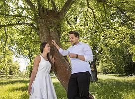 Schnapsprobe auf wilder Wiese zwischen Obstbäumen