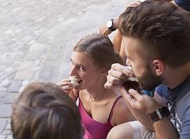 Junge Menschen naschen Pralinen