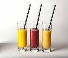 Fruchtsäfte in Gläsern