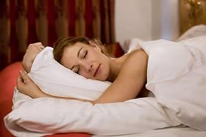 Frau schläft entspannt