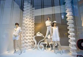 Fotografie von sommerlich gekleideten Schaufensterpuppen in eine