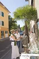 Paar beim Shoppen in mediterranem Flair, die Auslage genau begut