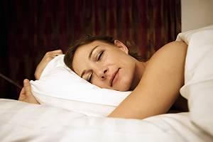 Frau schläft entspannt, tief und fest
