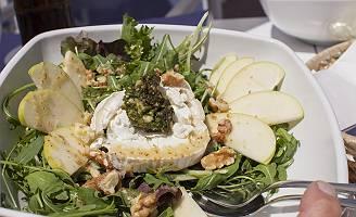 Salat mit Sushi und Apfelscheiben