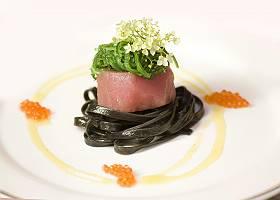 Tunfisch auf schwarzem Nudeln mit Algennest und Holunderblüte