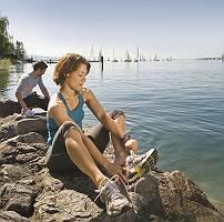 Sportlerpaar erfrischt sich am Bodensee