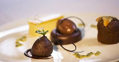 Exclusive angerichtete Dessertvariation mit Schokoladen Pralinen