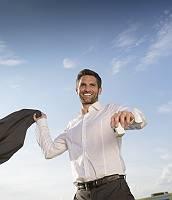 Mann in Hemd wirft zuversichtlich seine Jacke zurück, strahlt u