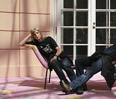 Zwei Jungen faulenzen gelangweilt auf einem Sofa
