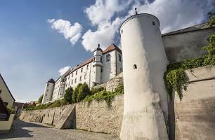 Dillinger Schloss mit mächtiger Mauer auf Hochterrasse