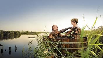Paar genießt amüsiert Moorbad dem natürlichen Heilmittel Moor