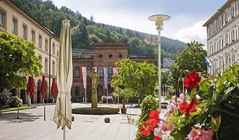 Sommerliche Aufnahme des Marktplatzes von Bad Wildbad;