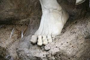 Fuß einer Statue aus Marmor