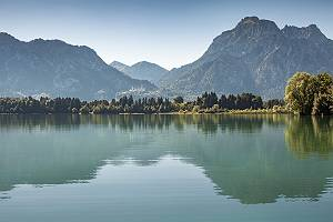 Blick über den Forggensee zum Schloss Neuschwanstein