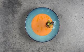 Kürbissuppe in blauem Teller