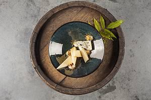 Käseteller auf einem Holzfass