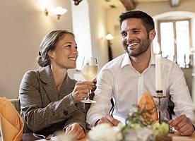 Paar trinkt Weißwein im Restaurant