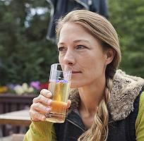 Natürliche Frau trinkt Gesundes