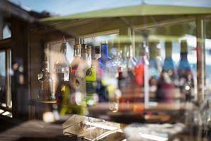 Verschiedene Arten von Schnapsflaschen in einer Bar