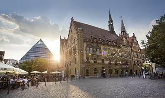 Ulmer Rathaus Abendstimmung im Gegenlicht mit Gastronomie