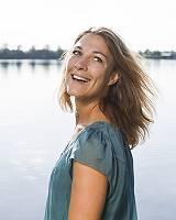 Natürliche Schönheit einer lachenden Frau mit wehendem Haar, d