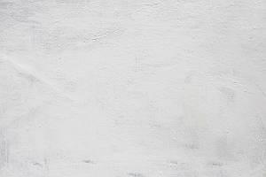 Weiße, grob gestrichene Wand