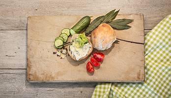 Rustikales vegetarisches Vesperbrett mit Frischkäse Brötchen d