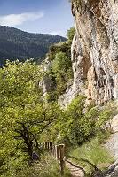 Wanderweg im felsigen Tarntal in Südfrankreich