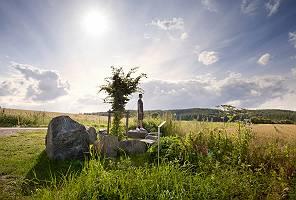 Ein Mann, der auf einem großen Stein die Aussicht genießt