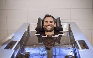 Mann genießt lächelnd ein entspannendes Moorbad