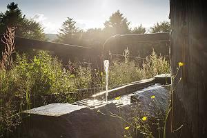 Brunnen aus Hözstämmen in der wilden Natur des Schwarzwaldes m