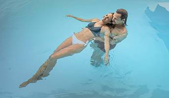 Pärchen entspannt im Pool