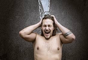 Kräftiger junger Mann schreiend beim Dusche