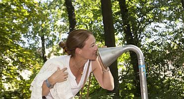 Frau, die in ein Sprachrohr hineinredet