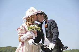 Historisch gekleidetes Paar küsst sich