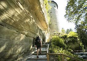 Tourist an Überlinger Stadtmauer