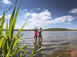 Ein Paar macht Yoga-Übungen am See