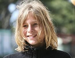 Porträt eines blonden langhaarigen Jugen