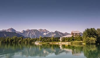 Blick auf das Festspielhaus in Füssen über den Forggensee mit