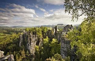 Felsenwelt der Bastei mit der Basteibrücke im Elbsandsteingebir