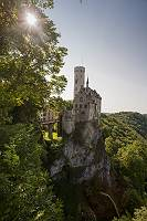 Schloss Lichtenstein thront im Sonnenschein über dem Echaztal