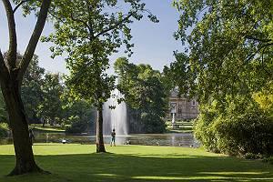 Sonnige Parkszene in Wiesbaden