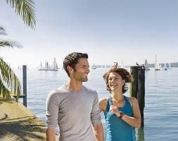 Zwei Erwachsene treffen sich beim Joggen am See